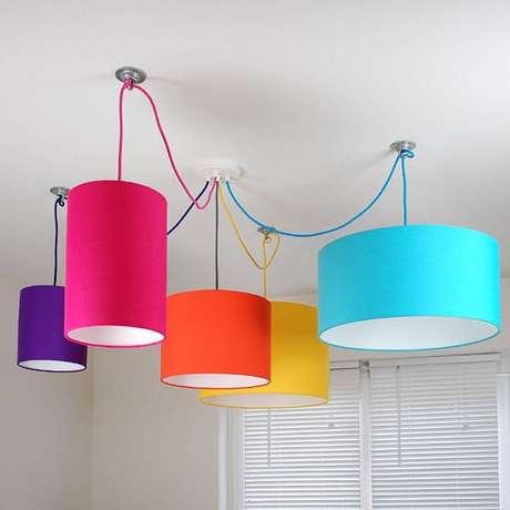 47. Modelos de lustres coloridos são divertidos e combinam com muitos cômodos. Foto: Not on the High Street