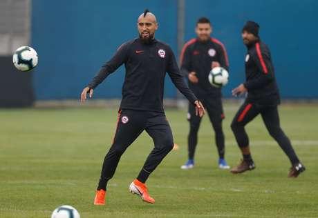 Vidal treina pela seleção do Chile em Porto Alegre