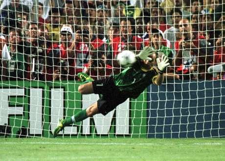 Taffarel defende pênalti do holandês Cocu na Copa de 1998