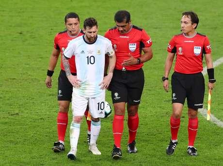 Messi conversa com trio de arbitragem de jogo Brasil x Argentina, no Mineirão
