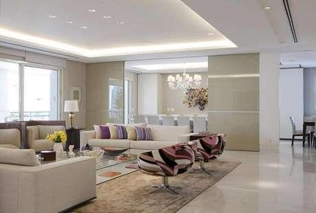 54. A moldura de gesso, chamada sanca, cria uma aura intimista na sala de estar. Projeto por Marcelo Rosset