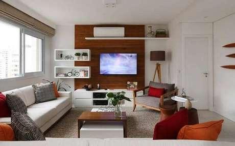 52. A sanca como moldura de gesso é usada para delinear o corredor do apartamento. Projeto por Duda Senna