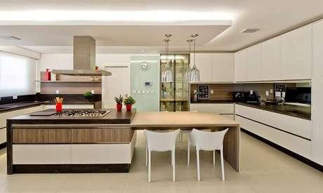16. A sanca invertida como moldura de gesso também pode usar faixa de LED e auxiliar na iluminação da cozinha. Projeto por Espaço do Traço