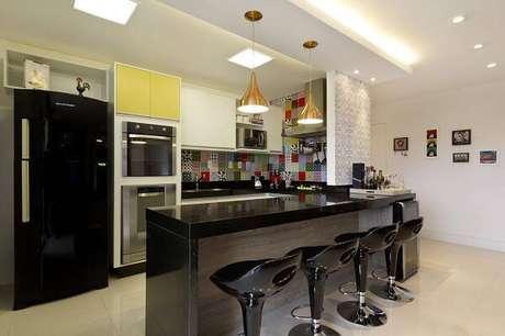 18. Acompanhando o balcão de cozinha, a moldura de gesso do tipo sanca divide os ambientes. Projeto por Juliana Conforto