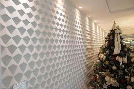 19. Ambiente com decoração natalina e teto com moldura de gesso. Projeto por Ana Paula Maia Arquitetura