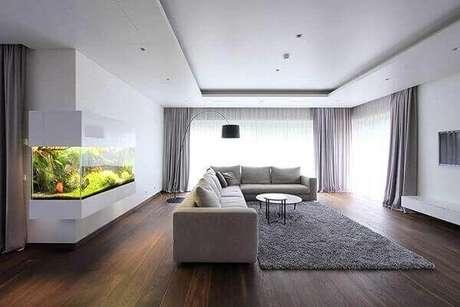 9. As cortinas dessa sala ampla foram embutidas na moldura de gesso. Fonte: Pinterest