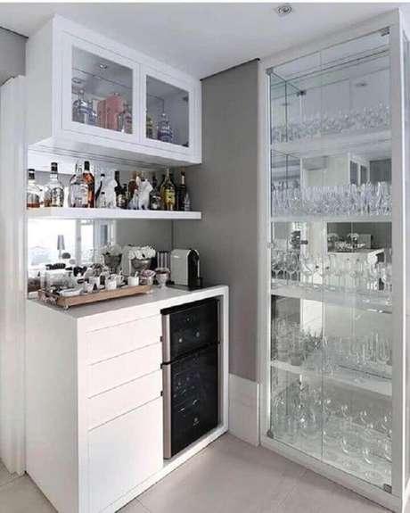 12. Hoje é possível encontrar cristaleiras modernas para compor ambientes com estilo contemporâneo – Foto: Pinterest