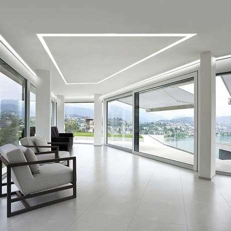 22. Casa com vista para cidade e teto decorado com moldura de gesso encanta a decoração da casa. Fonte: lightology