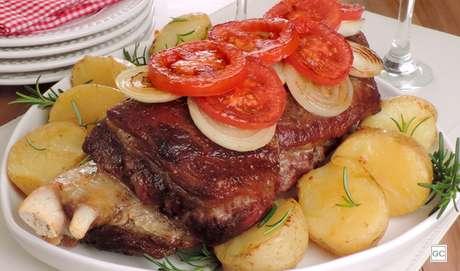 6. Costela assada com batata e tomate