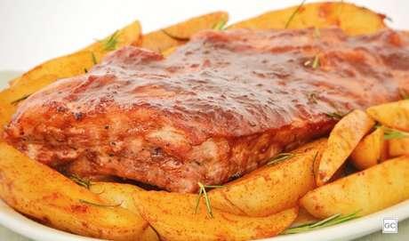 8. Costelinha suína com molho barbecue e batatas rústicas
