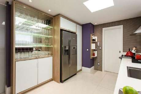 13. Invista me um barzinho feito com cristaleira moderna para a sua cozinha – Foto: Juliana Pippi