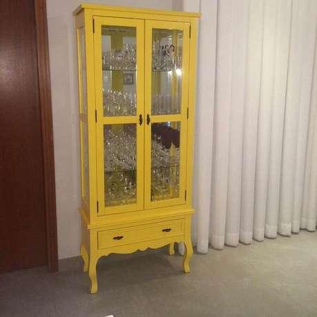 7. Modelo de cristaleira amarela para colocar mais colorido no seu ambiente – Foto: Doce Lar da Mari