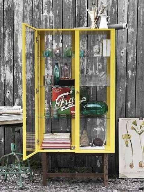 14. Modelo simples de cristaleira amarela com prateleiras de vidro – Foto: La Pequetita