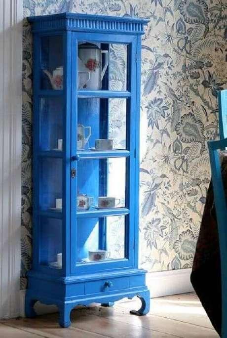 16. Decoração clássica com cristaleira antiga azul e papel de parede – Foto: Atelier Classico