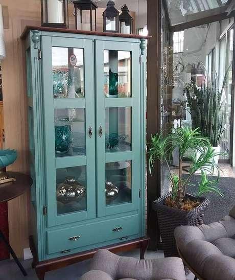 17. Cristaleiras são móveis que podem ser usados em praticamente todos os ambientes da casa – Foto: Kaká Móveis e Decoração