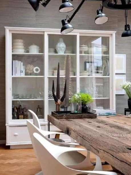8. Decoração para sala de jantar com cristaleira de branca e mesa rústica – Foto: BravaCasa