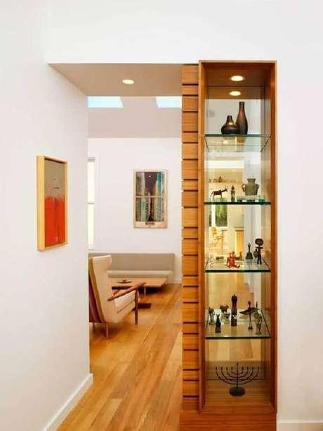 22. Decoração com cristaleira de madeira moderna com prateleiras de vidro – Foto: Pinterest