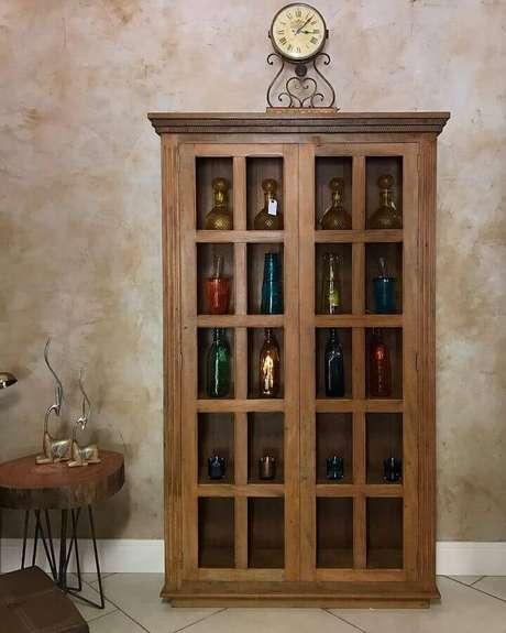 3. Decoração com modelo clássico de cristaleira de madeira – Foto: Depósito Santo Legno