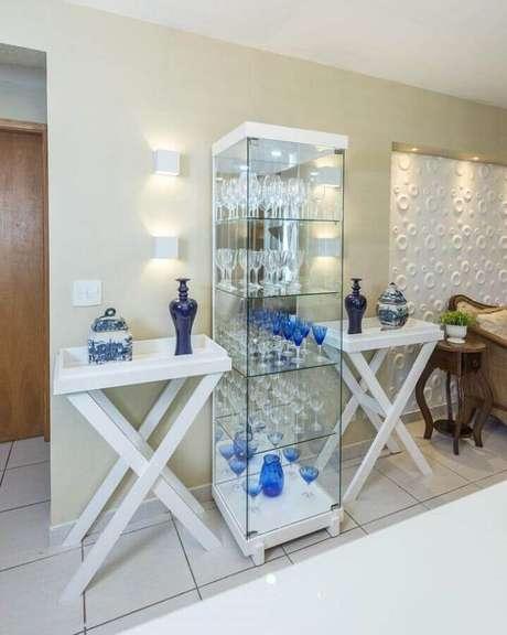 24. Decoração clean com cristaleira de vidro moderna – Foto: Renove Projetos