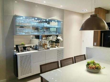 27. Decoração para sala de jantar clean com cristaleira moderna suspensa com iluminação embutida – Foto: Marina Turnes Arquitetura