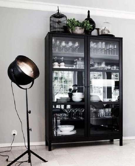 32. Decoração clean com cristaleira de madeira pintada de preta – Foto: Casa com Moda
