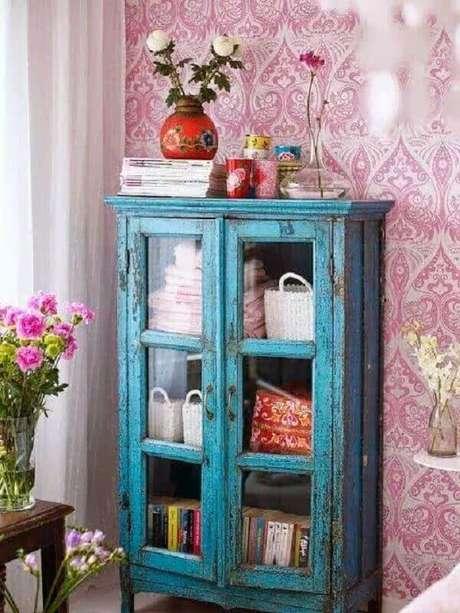 10. Cristaleira rústica decorada com livros – Foto: Blog de casa e decoração