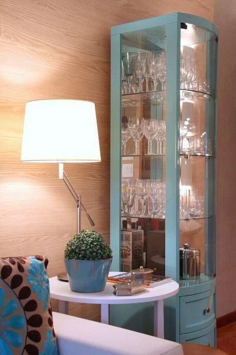 35. Cristaleiras coloridas também podem ser usadas em ambientes com estilo moderno – Foto: De Lavie Decor