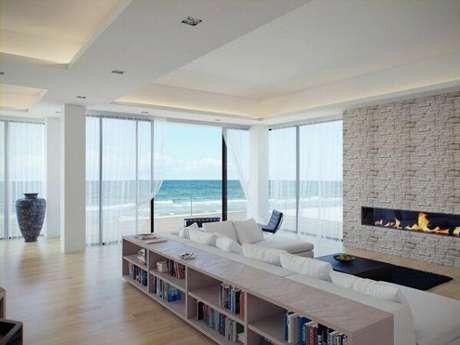 10. Decoração clean para essa sala de estar com teto de moldura de gesso. Fonte: HomeEdit