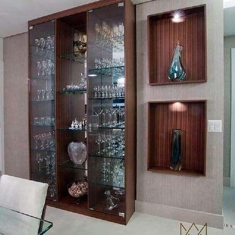 39. Decoração com cristaleira de madeira com prateleiras de vidro – Foto: Filomena e Vaz