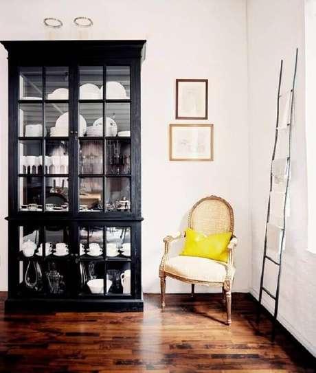 41. Decoração com cristaleira de madeira pintada preta – Foto: My Sweet Savannah