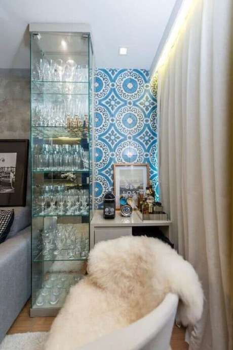 42. Decoração com cristaleira de vidro com iluminação embutida – Foto: Pinterest