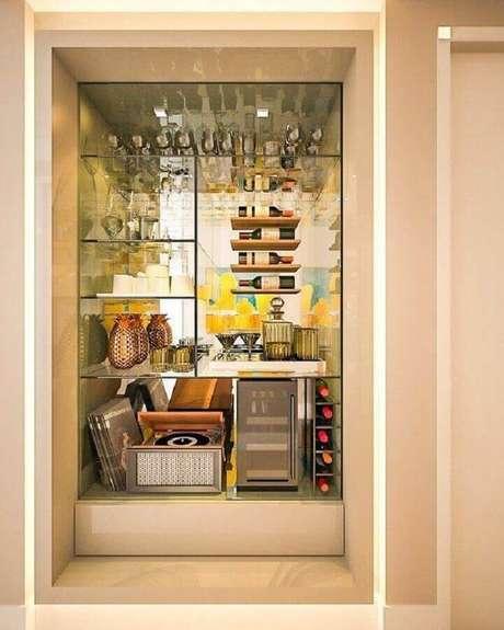 44. Decoração com cristaleira moderna espelhada – Foto: CR2 Arquitetura e Design