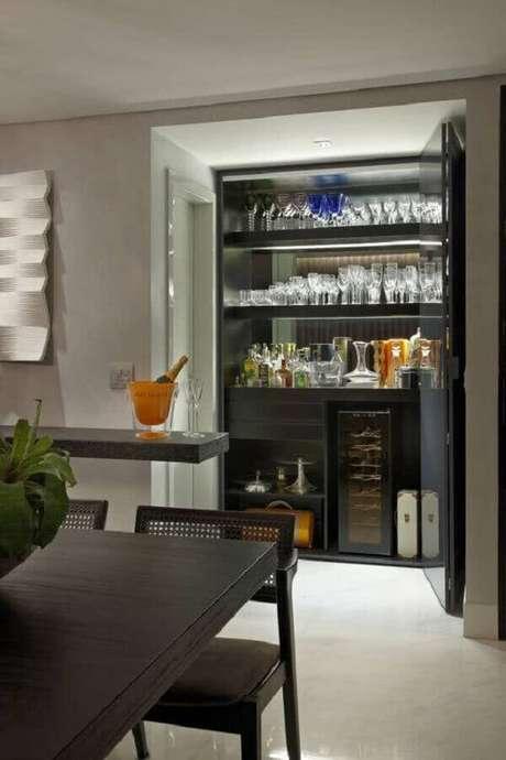 46. Invista em cristaleiras para ambientes com decoração moderna – Foto: OBSiGeN