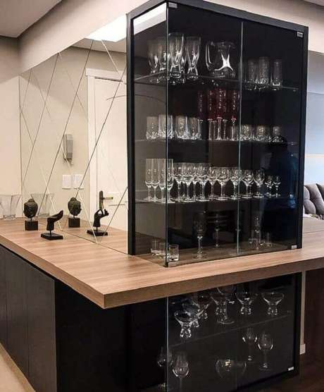 47. Decoração com cristaleira moderna de vidro e bancada de madeira – Foto: NL&MF