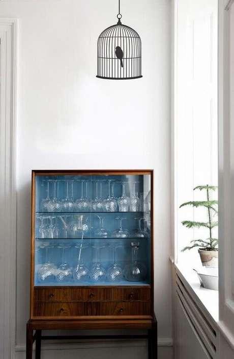 49. Decoração de cristaleira pequena de madeira com taças de vidro – Foto: COUCHstyle