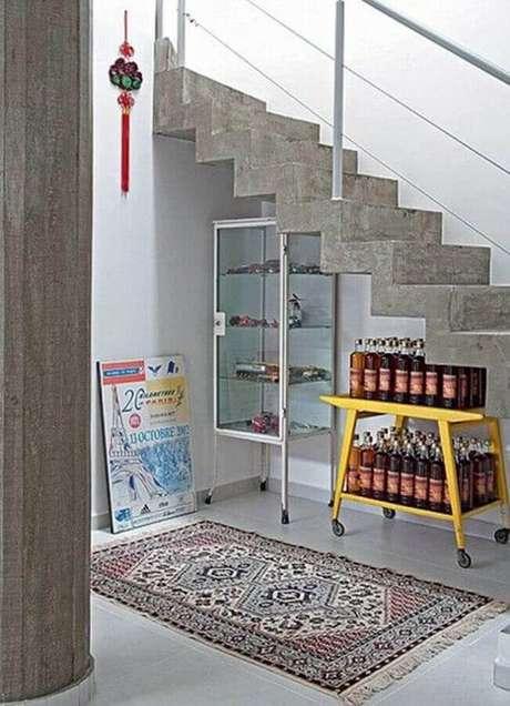 51. Aproveite aquele espaço embaixo da escada para usar uma cristaleira pequena – Foto: Dolce Casa Studio