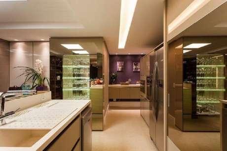 52. Sofisticada decoração para cozinha moderna com cristaleira de vidro – Foto: Juliana Pippi