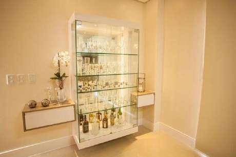 53. Decoração com cristaleira moderna suspensa com prateleiras de vidro – Foto: Graça Brenner