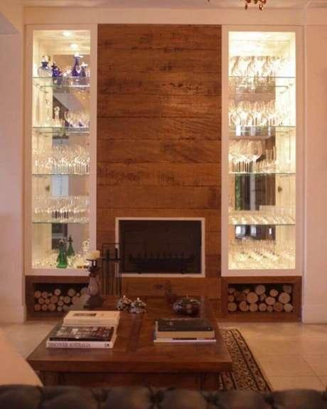 54. Sofisticada decoração para sala com lareira e cristaleira de vidro moderna – Foto: Letipp Studio Arquitetura