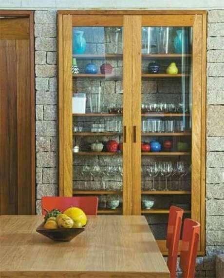 55. Decoração simples com cristaleira de madeira – Foto: Pinterest