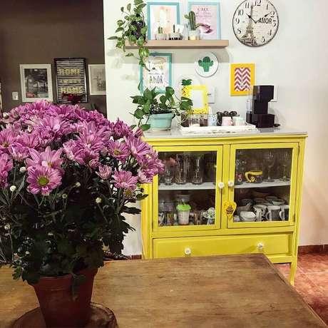56. Decoração simples com cristaleira pequena amarela – Foto: Rosane Brandão