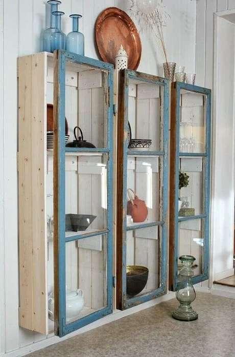 57. A cristaleira rústica é perfeita para compor a decoração de ambientes simples – Foto: Blog de una Cazachollos