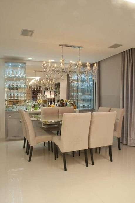 6. A luz embutida na cristaleira moderna é garantia de mais sofisticação aos ambientes – Foto: Entenda Antes