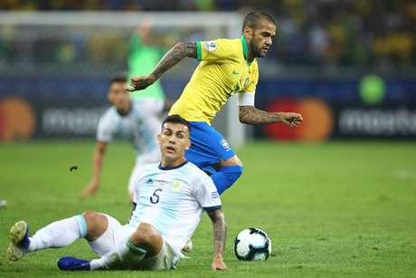 Daniel Alves dribla Leandro Paredes na partida contra a Argentina pelas semifinais da Copa América 2019, no Estádio Mineirão