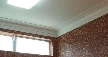6. Ela tem dois frisos e é colada no teto e na parede. Na maioria das vezes o friso maior é colado na parede e o menor no teto. Fonte: Pinterest