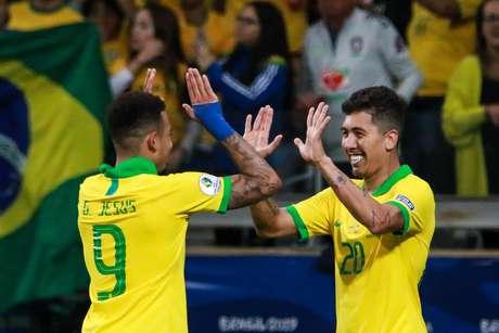 Roberto Firmino comemora gol com Gabriel Jesus na vitória da Seleção Brasileira sobre a Argentina, no Mineirão