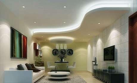 27. Moldura de gesso encanta a decoração da sala de estar. Fonte: Gyproc