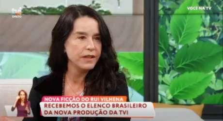 A atriz sugere que a falta de convites para fazer TV no Brasil está relacionada ao seu ativismo político