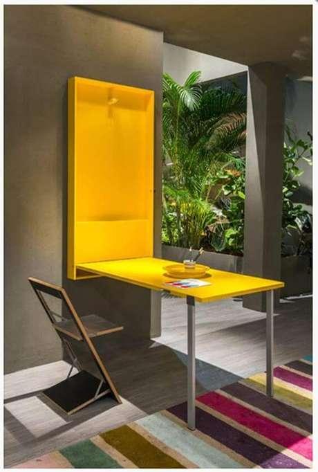 13. Mesa dobrável de parede amarela para destacar a decoração