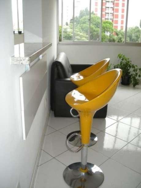18. Mesa dobrável de parede com banquetas amarelas